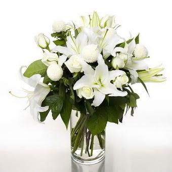 Kocaeli çiçekçi mağazası  1 dal cazablanca 7 adet beyaz gül vazosu