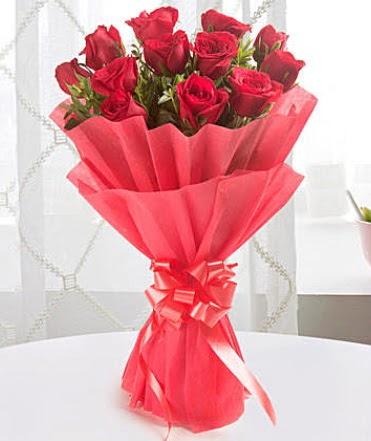 12 adet kırmızı gülden modern buket  çiçek siparişi sitesi