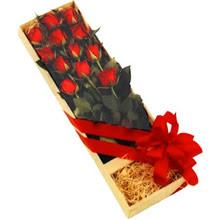 kutuda 12 adet kirmizi gül   çiçek siparişi sitesi