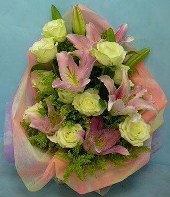 11 adet gül ve 2 adet kazablanka buketi  14 şubat sevgililer günü çiçek