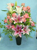 14 şubat sevgililer günü çiçek  cam vazo içerisinde 21 gül 1 kazablanka