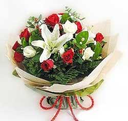 güller ve kazablanklardan görsel bir buket  14 şubat sevgililer günü çiçek