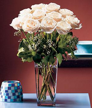 Kocaeli çiçek yolla , çiçek gönder , çiçekçi   Cam yada mika vazo içerisinde 12 gül