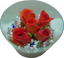 yurtiçi ve yurtdışı çiçek siparişi  5 adet gül ve cam tanzimde çiçekler