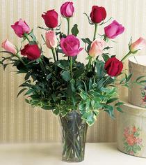 çiçek yolla  12 adet karisik renkte gül cam yada mika vazoda