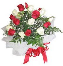 Kocaeli çiçek siparişi vermek  12 adet kirmizi ve beyaz güller buket