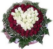 çiçek yolla  27 adet kirmizi ve beyaz gül sepet içinde