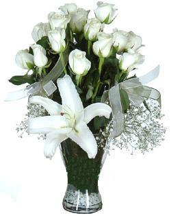 cam içerisinde 11 beyaz gül ve 1 kazablanka  Kocaeli uluslararası çiçek gönderme