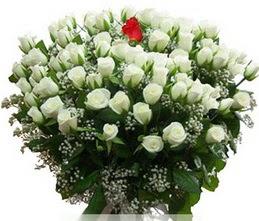14 şubat sevgililer günü çiçek  100 adet beyaz 1 adet kirmizi gül buketi