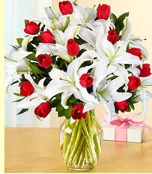 Kocaeli uluslararası çiçek gönderme  3 kazablanka 10 kırmızı gül vazosu