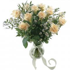 Vazoda 8 adet beyaz gül  yurtiçi ve yurtdışı çiçek siparişi