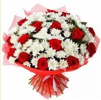 11 adet kırmızı gül ve beyaz kır çiçeği  14 şubat sevgililer günü çiçek