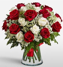 Vazoda 12 kırmızı 12 beyaz gül tanzimi  Kocaeli güvenli kaliteli hızlı çiçek