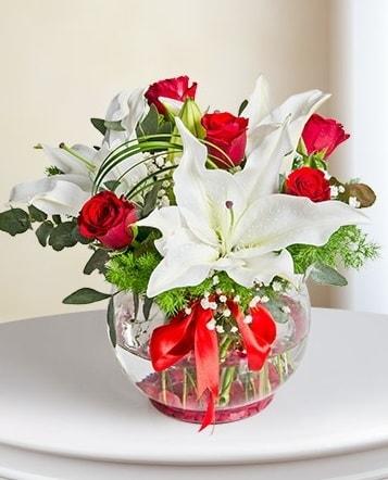 Fanus Vazoda 2 Lilyum ve 5 Gül Dansı  Kocaeli internetten çiçek satışı