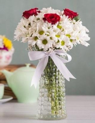 Papatya Ve Güllerin Uyumu camda  Kocaeli çiçekçi mağazası